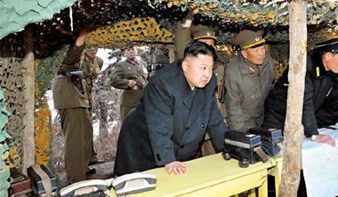 這場戲要達到最大效果,近期重塑軍權形象的金正恩(中),下一個動作最可能在4 月25 日朝鮮人民軍建軍81 週年發動。