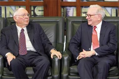波克夏副董事長蒙格(左)在遇見巴菲特(右)前,就清楚自己才是最有價值的客戶,值得投資一天中最有價值的一小時在自己身上。