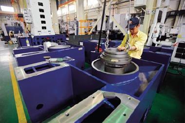 榮田的機器出廠前先實作考試,不僅確保精密度,還賣技術與服務。