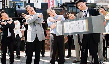 在盛行熟年離婚的日本,男性也要走上街頭做「愛妻宣言」。