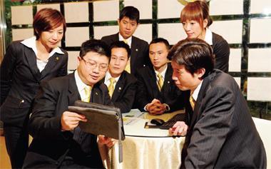 永慶房屋超級業務員蔡岳軒(前排左)每日上班第一件事就是蒐集當日重要產經新聞,比他人更快掌握訊息。