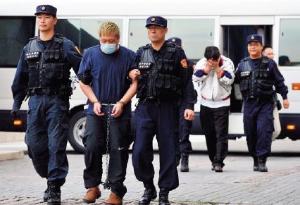 參與多場股權戰,胡宗賢(左2)放棄律師事業的脫軌行為震驚社會。