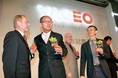 宣布現金減資後,國巨股價跳空漲停慶祝(左2為董事長陳泰銘)。