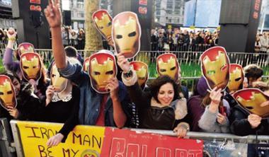 《鋼鐵人3》除了在台發威,也在全球掀起熱潮,圖為英國影迷們戴起鋼鐵人面具,在戲院外等他們的超級英雄出現。