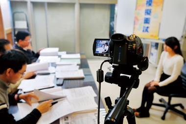 許多補習班提供客製化輔導,例如請大學教授一對一面試演練,並記錄下來,希望在人生考場的重要一刻不失分。