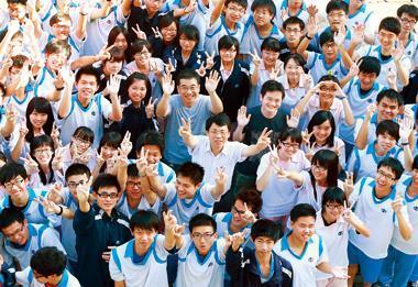 虎尾高中在校長楊豪森(圖中穿白襯衫者)、老師帶領下,今年學測超過均標近4分,教出多位「高材生」。
