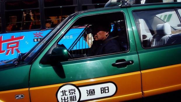 高溫艷陽天,你願出多少錢和450人搶1台計程車