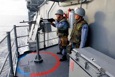 菲律賓公務船出海打劫,一看到台灣漁船就開槍、甚至丟手榴彈逼停船,直到台灣海軍出動,菲律賓公務船才不敢搶劫。圖為台灣海軍在台菲重疊海域演習護漁。