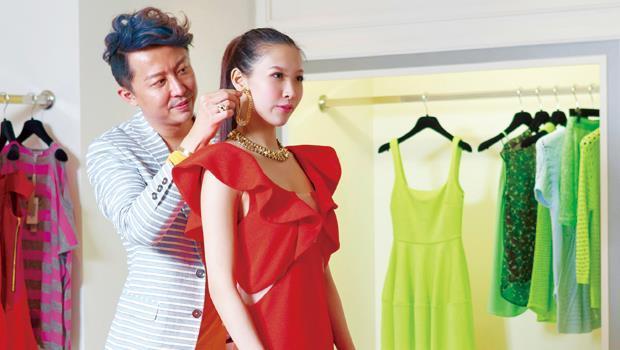 亮色小洋裝,性感又搶眼,劉大強拿掉模特兒耳朵上的大耳環,避免身上過多重點。