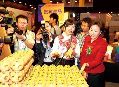 合肥台灣名品展,由安徽副省長花建慧(右1)主持開展。