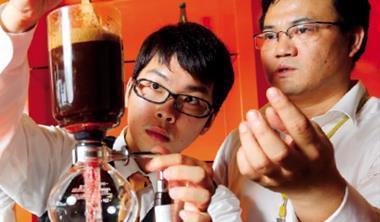曾有滅校危機的台灣觀光學院專攻餐旅,從煮咖啡到西餐禮儀都教,連阿基師也每2 週來此教課。