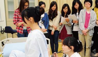 北護大護理系學生必須經過嚴格的技能考試才能出外實習, 甚至有學生連考4次才通過的紀錄。