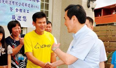 黑狗兄(中)一身T 恤、短褲打扮,與總統馬英九(右)相見歡。