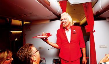 「想來杯果汁嗎?」請小心空姐布蘭森(站立者),下一秒,他可能會故意把整杯果汁倒在你身上。