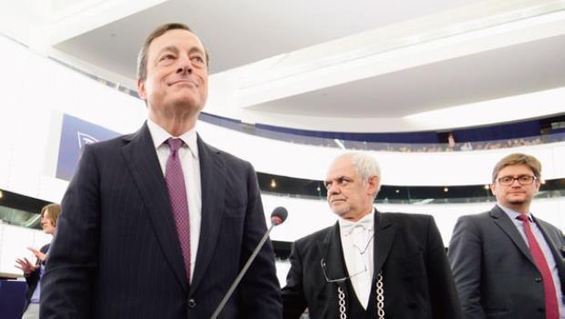 經濟面持續疲弱,逼迫歐洲央行行長德拉吉(前排左1)選擇降息救景氣。