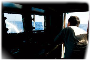 進入菲律賓海域後,船長幾乎都趴在船舷,盡可能壓低身體貼近海平面,用望遠鏡看得更遠。他必須在第一時間發現菲律賓公務船,才能逃過槍林彈雨,回到台灣。