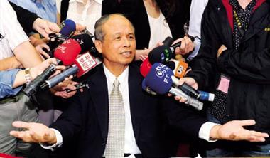 財政部部長張盛和(中)允諾分兩階段檢討證所稅,實則找學者背書,努力不讓證所稅被喊卡。