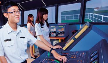 高海航技系這台挪威製操船模擬機要價超過4千萬元,能模擬實際駕駛台空間、11個國際港口與35種不同船型與噸位,讓學生身歷其境演練。