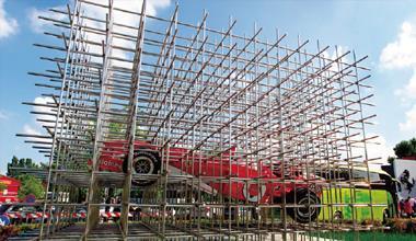 顛覆汽車業的行銷創意,讓法拉利成為最知名的超跑品牌。圖為法拉利總廠博物館前的裝置藝術。