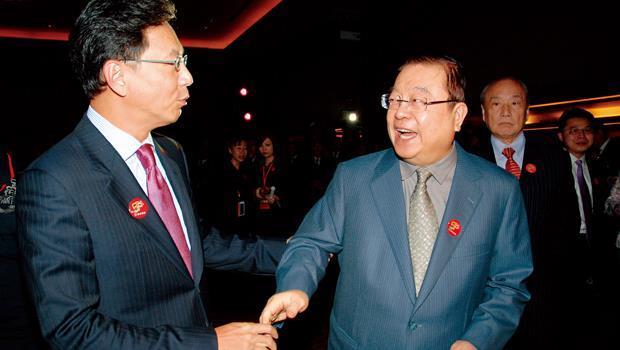 蔡辰男( 前排右) 身為國泰蔡家的大阿哥,就連富邦集團董事長蔡明忠( 前排左),都得叫他一聲堂哥。