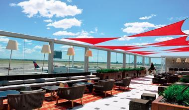 達美新航廈貴賓室的頂層戶外露台,讓貴客可近距離俯瞰跑道景觀,規格全世界罕見。