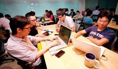 年輕人是網路創業的主力,但目前的政策與環境卻對他們不利。圖為創投公司提供的App創業團隊共同辦公室情景。