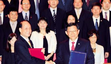 台灣海基會董事長林中森(前排左)與大陸海協會會長陳德銘(前排右)簽下兩岸服貿協議,代表彼此「走出去」,深入對方市場搶攻服務商機。
