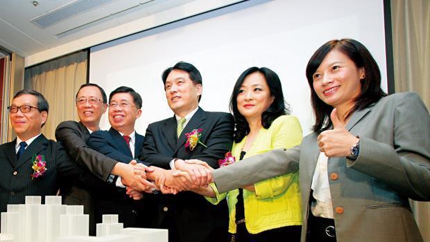 去年10月,羅智先夫婦(右3、右2)出席「南紡夢時代購物中心」簽約,擴大其在台南幫的影響力。