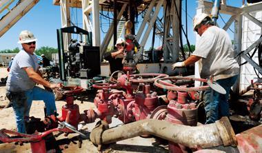 採礦工人在地表作業,就能操控地底1,800~4,500公尺的洗油採氣工作。
