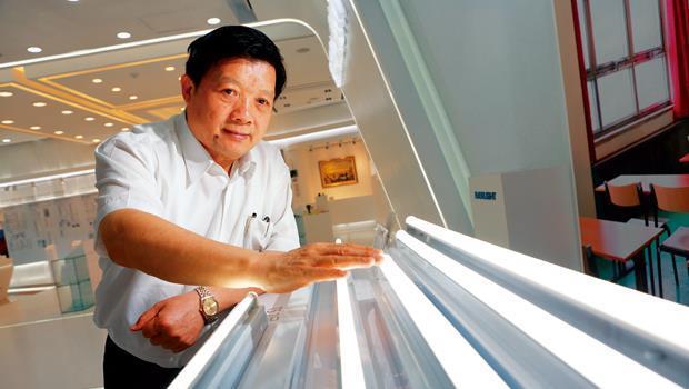 億光董事長葉寅夫打品牌,億光已在中國建立了上千個經銷據點,今年底目標達到3千個。