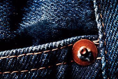 扎扎實實、用老機器打穿厚實牛仔布料而穿出的力道,正在狂吼:牛仔褲,是個硬道理。