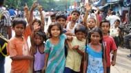 丟棄的蛋糕屑  小姊妹乞丐爭舔食》在印度,有錢本身就是一種罪