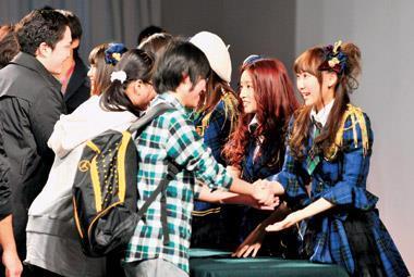 買CD附贈握手會入場券,日本唱片公司成功宣傳人氣少女團體AKB48,不只助長銷售,在中國也大走紅。