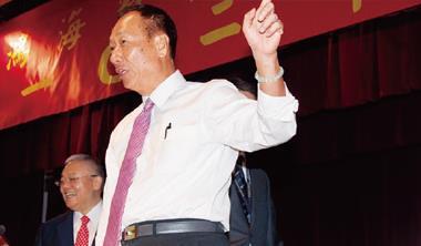 每年鴻海股東會都是郭台銘(圖前)的個人大秀,去年秀的是60 吋大電視,今年則是會下金蛋的「小金雞」。