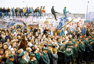 一九八九年柏林圍牆倒下時,坐在牆頭的年輕人,也全都穿著牛仔褲。