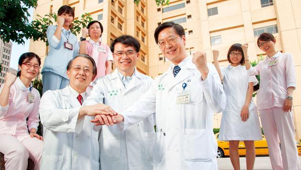 台大醫院副院長張上淳(前右)與主治醫師江伯倫、郭順文(前左、中),自豪直言若非台大醫院,做不出相同判斷。