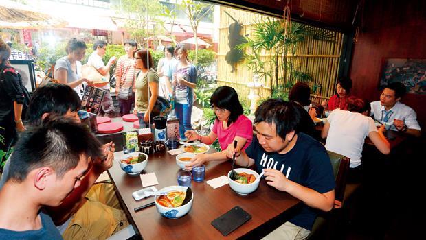 日本拉麵店搶進東區商圈,形成群聚效應,已讓當地租金狂漲1倍,服飾、零售店紛紛外移走避。