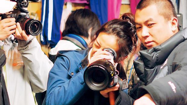 即使已是身價上億的知名演員,趙薇(中)第一次當導演,坦言最難的還是籌錢。