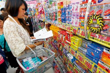 到日本撿便宜!藥妝店平均有台灣3到8折價差,不少台灣觀光客拿著親友託付的採購清單掃貨。