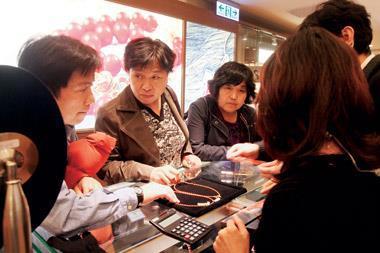花蓮藝品店林立,價格混亂,縣政府甚至立法規定店家必須明顯標示商品售價。