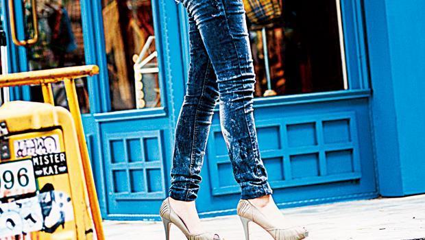 試穿時多試試蹲下、抬腿等姿勢,能找到腿部線條更服貼、卻不過分緊繃的牛仔褲,更俐落顯長。