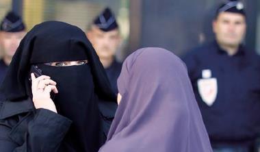中東地區象徵嚴格遵行兩性隔離的女性面紗,可能意外成為抑制MERS 疫情擴散的工具。