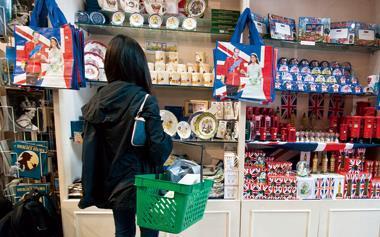 近年來英國王室喜事連連,紀念品業者也大撈機會財。