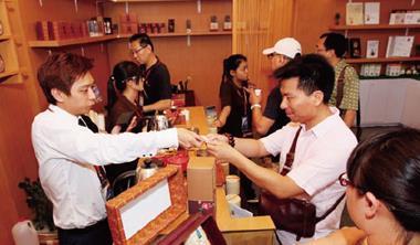 南投老茶廠的第四代黃立倫( 左1) 靠著參加展會,在中國重獲生機,打造高端茶葉品牌。