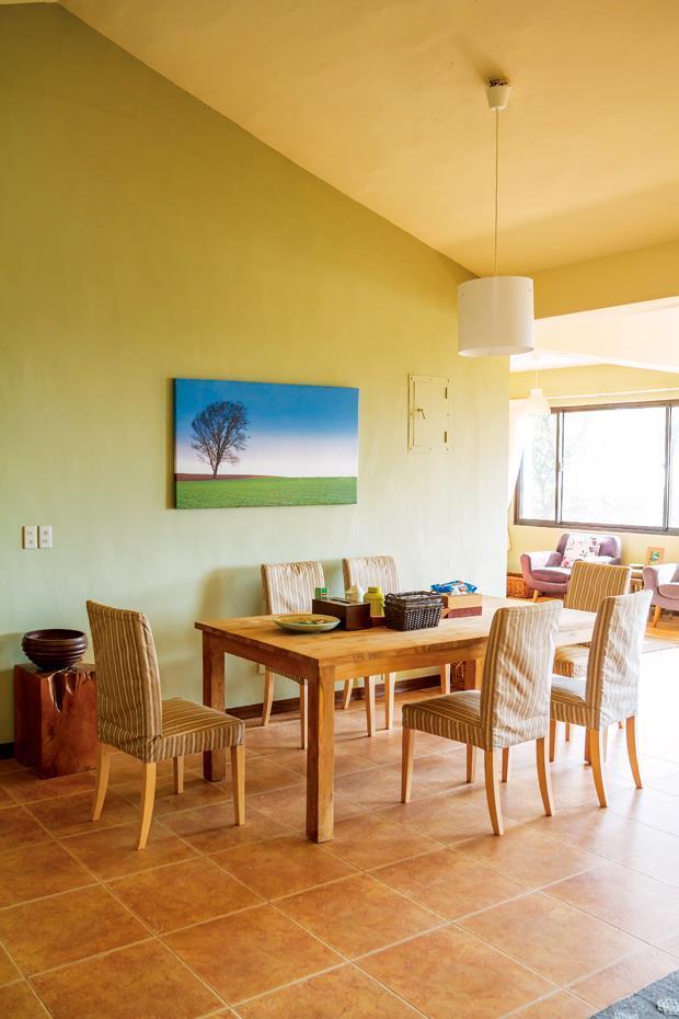 接待客人為主的別墅,以卡其色系為主調,配上陶爸的肯亞風景寫真,明亮清新。