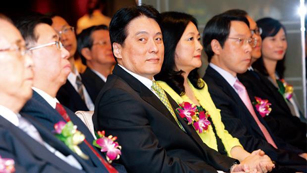 統一旗下轉投資公司超過200 家,羅智先(左3)與太太高秀玲(左4)將擔任越來越多重要職務。