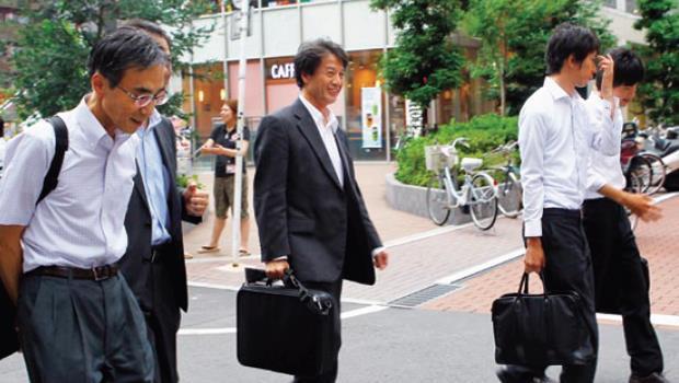 直木賞作家池井戶潤透過半澤直樹,寫活日本泡沫經濟崩解前夕,上班族面臨的劇變。