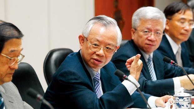 彭淮南(左2)罕見出手救台股,鼓勵銀行借錢給外資加碼台股,惟外資反應冷淡。