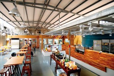 六十坪北投老穀倉改建的拾米屋,多了城市咖啡館沒有的寬廣。