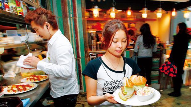 嗜吃高鹽、高蛋白的重口味食物會加重腎臟負擔。